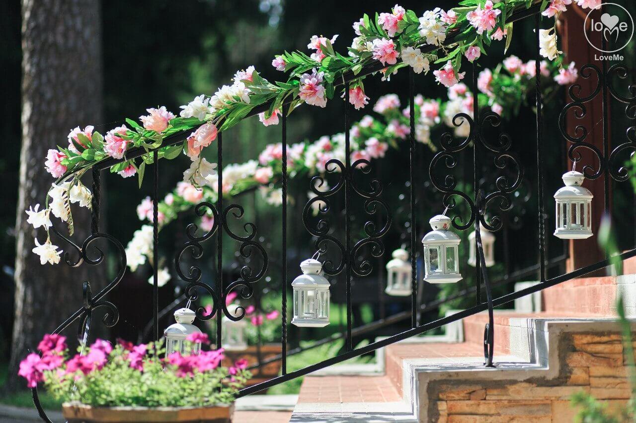 вход в ресторан украшение лестницы свадьба бело-розовая в стиле сваровски выездная регистрация декор банкета свадебное агентство ЛавМи Могилев печерское предместье