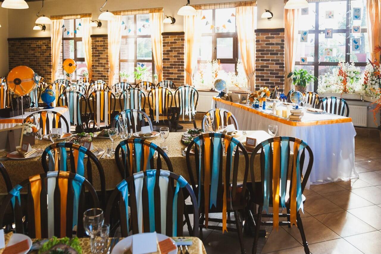 ленты на стульях Свадьба в стиле путешествия Шале Могилев Организация свадьбы декор украшение зала свадебное агентство ЛавМи