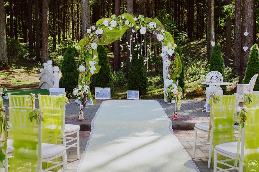 арка с веточками и цветами итальянская зеленая салатовая свадьба выездная регистрация церемония роспись в шатре у куркуля могилев свадебное агентство ЛавМи декор украшение шатра организация